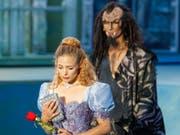 Die Schweizerin Eveline Suter und der Ungare Istvan Csiszar in «Die Schöne und das Biest» auf der Freilichtbühne am Walensee. (Bild: KEYSTONE/EDDY RISCH)