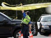 Nachdem tödliche Schüsse gefallen waren, wurde ein Altersheim in Robstown im US-Bundesstaat Texas evakuiert. (Bild: KEYSTONE/AP/ERIC GAY)