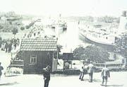 An der Uferpromenade (hier in den 1920er-/30er-Jahren) unterhalb der Brücke wurden 1938 die ersten Bunker errichtet. Auf einem der sogenannten Schindler-Bunker war vermutlich die Gedenktafel montiert, die heute auf dem Stein beim Hotel Hecht zu sehen ist. (Bild: Gerda Huber/Archiv)