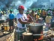 Essen für Wählerinnen und Wähler: Frauen rühren bei einer Veranstaltung der regierenden Zanu-PF-Partei in Harare in Töpfen. (Bild: KEYSTONE/AP)