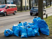 Vielfalt in der Einheit in der Schweiz: Auch bei den Abfallsäcken. Blau sind die Gebührensäcke in Bern, anderswo sind sie beispielsweise weiss, rot oder schwarz. (Bild: KEYSTONE/LUKAS LEHMANN)