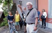 Peter Ott (vorne) hat in der Zuger Altstadt viel zu erzählen. (Bild: Werner Schelbert (Zug, (28. Juli 2018))