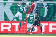 Raphael (Sion) erzielt gegen Milan Vilotic, Andreas Wittwer und Torhüter Dejan Stojanovic (St.Gallen) das Tor zum 0:1 . (Foto: Marc Schumacher/freshfocus)