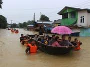 Retter evakuieren Menschen in der Stadt Bago, etwa 80 Kilometer nordöstlich der Hauptstadt Rangoon. (Bild: KEYSTONE/AP/MYO KYAW SOE)