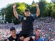 Der Überraschungssieger Erich Fankhauser lässt sich von seinen Kollegen auf dem Brünig feiern (Bild: KEYSTONE/ALEXANDRA WEY)