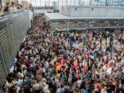 Massenandrang und erst noch Sicherheitspanne: Passagiere am Samstag im Flughafen München. (Bild: KEYSTONE/AP dpa/MATTHIAS BALK)