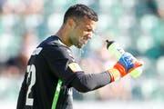 Dejan Stojanovic kühlt sich mit Wasser. (Bild: Marc Schumacher/freshfocus)