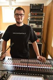 Claudio Müller aus Vaduz ist bei Verdis Oper «La Traviata» für die Tontechnik verantwortlich. (Bild: Heini Schwendener)
