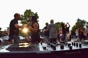 Am Parkplatz-Fest: Paare tanzen in den Sonnenuntergang. (Bild: Christoph Heer)