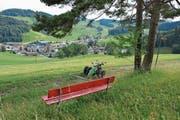 Vom Dorf muss man einige Höhenmeter überwinden, um den Ausblick und die Ruhe beim Bänkli unweit der Stäägen geniessen zu können. (Bild: Beat Lanzendorfer)
