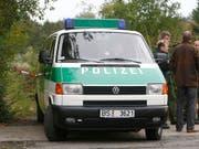 Um die Streithähne auseinander zu treiben, rückte die Polizei in Gelsenkirchen mit einem Grossaufgebot an. (Bild: KEYSTONE/AP/Joerg Sarbach)