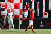 Thuner Jubel über den Siegtreffer: Denis Hediger (vorne) lässt sich von Marvin Spielmann feiern. (Bild: Peter Klaunzer/Keystone)