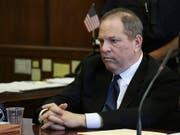 Harvey Weinsteins Haftpflichtversicherungen wollen nicht für die Anwaltskosten des gefallenen Hollywood-Produzenten aufkommen. Er sieht sich mit mehreren Klagen wegen sexueller Übergriffe konfrontiert. (Bild: KEYSTONE/AP Pool The Daily News/JEFFERSON SIEGEL)