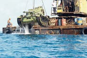 Arbeiter versenken einen AMX 13 vor der libanesischen Mittelmeerküste. Bild: EPA (Sidon, 28. Juli 2018)