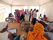 Wahlen unter höchsten Sicherheitsvorkehrungen: Wählerinnen und Wähler in einer Registrierungsstelle in Bamako. (Bild: KEYSTONE/EPA/MOHAMED MESSARA)