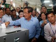 Hat die Opposition ausgeschaltet und wird weiterregieren: Kambodschas Premierminister Hun Sen bei der Stimmabgabe in Takhmua südöstlich von Phnom Penh. (Bild: KEYSTONE/AP/HENG SINITH)