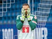 Luzerns Goalie Mirko Salvi vergräbt das Gesicht in den Händen (Bild: KEYSTONE/MELANIE DUCHENE)