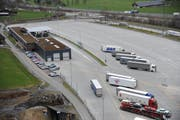 Das Schwerverkehrszentrum in Erstfeld. (Bild: Urs Hanhart, 7. März 2017)
