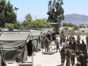Spanische Soldaten bauen im Süden des Landes bei Ceuta ein Zeltlager auf, um über 600 im Mittelmeer aus Seenot gerettete Migranten unterzubringen. (Bild: KEYSTONE/EPA EFE/REDUAN)