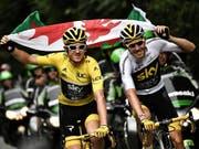 Geraint Thomas (links) freut sich mit der walisischen Flagge und mit seinem Sky-Teamkollegen Chris Froome, der in der Gesamtwertung den 3. Platz belegt (Bild: KEYSTONE/EPA AFP POOL/MARCO BERTORELLO / POOL)