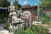 Georg Grüter mit einem seiner Brunnen bei sich zu Hause im Garten in Oberebersol. ((Bild: Dominik Wunderli (Hohenrain, 25.Juli 2018))