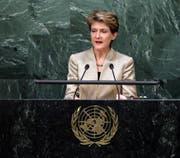 Simonetta Sommaruga spricht vor der UNO-Mitgliedsversammlung. (Bild: Jason Szenes / EPA (New York, 28. September 2015)