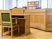 Gerichtssaal des Berner Obergerichts: Am Freitag wird hier das Urteil im Brandstiftungs-Prozess um einen Berner DJ verkündet. (Bild: Keystone/PETER KLAUNZER)
