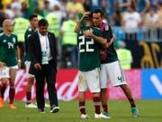 Rafael Marquez (4) tröstet seinen jungen Teamkollegen Hirving Lozano (Bild: KEYSTONE/AP/FRANK AUGSTEIN)