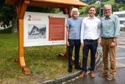 Willy Schönenberger (links) und Willy Hollenstein (rechts) von der Bühne Thurtal haben gemeinsam mit dem Lichtensteiger Stadtpräsidenten Mathias Müller den rund elf Kilometer langen Bräker-Weg eingeweiht. (Bild: Anina Rütsche)