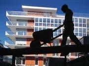 Mieten erneut angestiegen: In der Schweiz sind im Juni Mietwohnungen, die erstmals vermietet wurden, erneut teurer geworden. (Bild: KEYSTONE/GAETAN BALLY)