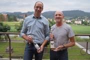 Markus Gabathuler vom Büelsteihof in Oberschan (links) und Hans Zogg, Zogg Mosterei-Brennerei AG, Grabserberg, präsentieren stolz je eines ihrer hre prämierten Produkte. (Bild: PD)