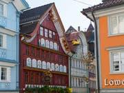 Blick auf das Haus Löwen mit Fassadenmalerei von Johannes Hugentobler. Das Museum Appenzell würdigt den Maler mit einer Sonderausstellung. (Bild: KEYSTONE/GIAN EHRENZELLER)