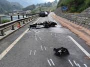 Bei der Frontalkollision mit einem Auto erlitt ein 49-jähriger Töfffahrer aus Italien tödliche Verletzungen. (Bild: Kapo GR)