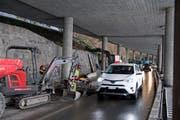 Die Baustelle wechselt nun von der berg- auf die seeseitige Fahrspur. (Bild: Corinne Glanzmann, Hergiswil, 27. März 2018)