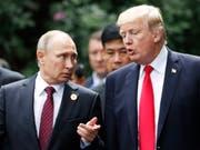 Ein Ausschuss des US-Senats sieht es als erwiesen an, dass Russland der Wahl von Donald Trump zum Präsidenten der Vereinigten Staaten geholfen hat. (Archivbild Putin und Trump) (Bild: KEYSTONE/EPA REUTERS POOL/JORGE SILVA / POOL)