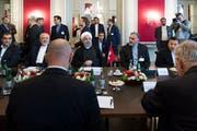 Irans Präsident Hassan Rohani (mit Kopfbedeckung) vor dem Meeting mit den Bundesräten. Bild: Peter Klaunzer/Keystone (Bern, 3. Juli 2018)