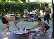 Einige Besucher verpflegten sich mit selbst mitgebrachem Fleisch vom Grill. (Bild: Christoph Heer)
