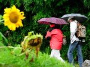 Am Nachmittag wird der Regenschirm nicht mehr gebraucht. (Bild: Keystone)