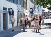 Die Demonstranten marschieren Parolen skandierend durch die Gasse. Bild: Werner Schelbert (Zug, 1. Juli 2018)