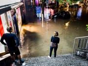 Mitte Juni suchte ein heftiges Unwetter Lausanne heim. Der sintflutartige Regen führte zu Überschwemmungen von zahlreichen Strassen, Wohnhäuser und Geschäften. (Bild: Keystone/JEAN-CHRISTOPHE BOTT)