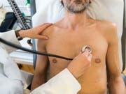 Die Ostschweizer Ärztinnen und Ärzte fordern höhere Abgeltungen für ihre Leistungen. Sieben kantonale Ärztegesellschaften haben deshalb die regionalen Taxpunktwert-Verträge mit den Versicherern gekündigt (Bild: KEYSTONE/CHRISTIAN BEUTLER)