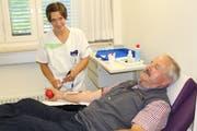 Eine Pflegefachfrau nimmt Jubilar Norbert Hasler im Kantonsspital Frauenfeld Blut ab. (Bild: Hugo Berger)