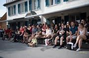 Auch in der Lounge vor der Bar verfolgten zahlreiche Fans das Spiel. (Bild: Corinne Glanzmann (Stans, 3.Juli 2018))