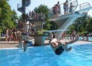 Über das ganze Wochenende strömten weit über 3000 Badegäste ins Münchwiler Parkbad. (Bild: Christoph Heer)