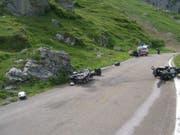 Zwei Motorräder haben sich am Klausenpass gestreift und kamen zu Fall. (Bild: Kantonspolizei Uri)