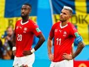 Grosse Enttäuschung und leere Blicke: Valon Behrami (rechts) und Johan Djourou sind nach dem 0:1 gegen Schweden fassungslos (Bild: KEYSTONE/EPA/ETIENNE LAURENT)
