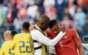 Denis Zakaria (links) törstet Manuel Akanji nach dem Spiel. (Bild: Efrem Lukatsky/AP (St. Petersburg, 3. Juli 2018))
