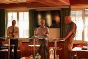 Der St.Galler Stadtpräsident Thomas Scheitlin und der Wittenbacher Gemeindepräsident Fredi Widmer diskutieren mit Historiker Peter Stahlberger (von links) über Gemeindefusionen. (Bild: Johannes Wey)