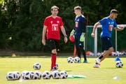 Trainer René Weiler während dem Training mit den Spielern des FCL in Luzern.(Alexandra Wey/Keystone)