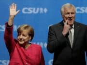 Die Spitzen der beiden Unionsparteien in Deutschland, Angela Merkel und Horst Seehofer, vereinbarten ein neues Grenzregime an der Grenze zu Österreich und retten Seehofer seine politischen Ämter. (Bild: KEYSTONE/AP Files/MATTHIAS SCHRADER)